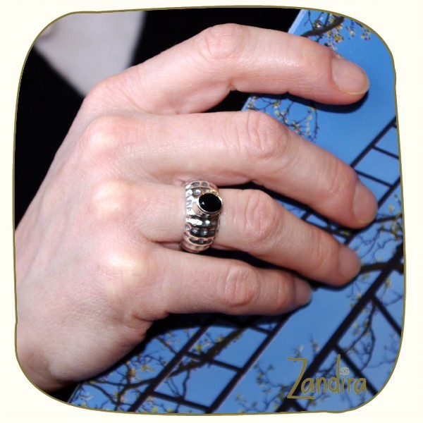 Petit onyx noir sur anneau sculpté